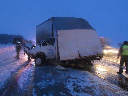 ВБашкирии встолкновении 3-х фургонов погибла женщина