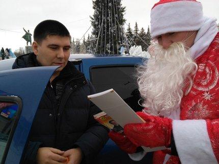 Уфимских водителей поздравил полицейский дедушка Мороз