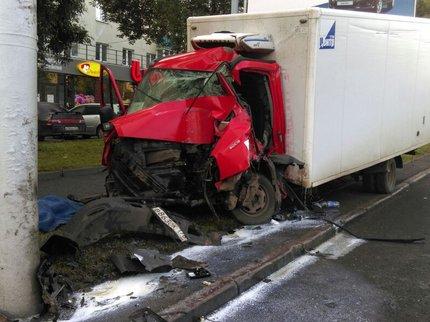 Шофёр грузового автомобиля Iveco умер, врезавшись встолб напр.Октября вУфе