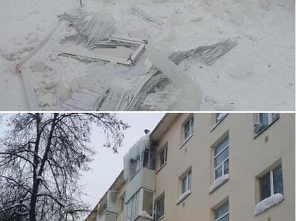 ВУфе коммунальщики впроцессе расчистки крыши снесли балкон