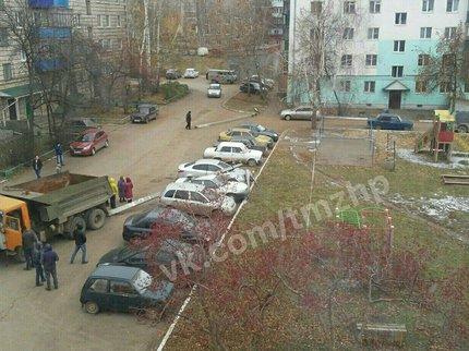 ВБашкирии столб рухнул наприпаркованные автомобили