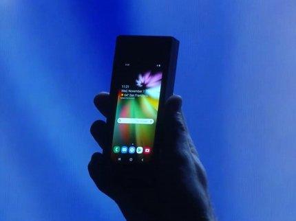 Самсунг представила прототип телефона сгибким дисплеем. Его можно сложить пополам