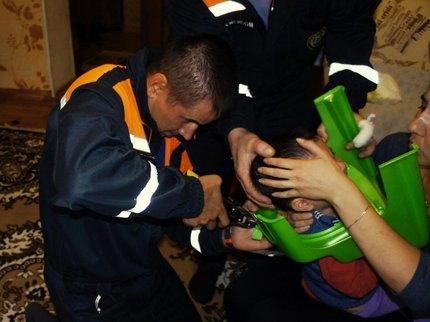 ВУфе cотрудники экстренных служб вызволили ребенка, который застрял головой вгоршке