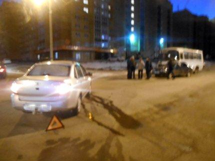 ВОктябрьском вДТП угодили две легковушки иавтобус