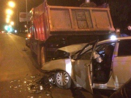 ВУфе китайская легковушка залетела под фургон