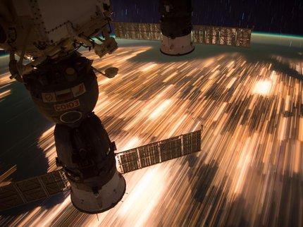 Полет над ночной Землей со скоростью 8 км/с. Фото с МКС