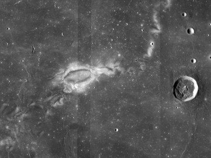Кто рисует узоры на Луне.