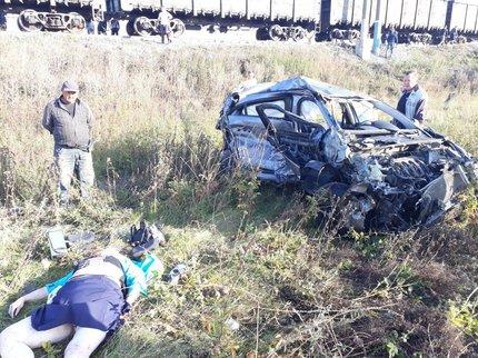 Под Уфой поезд снес «легковушку»: вДТП погибла женщина